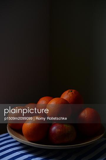 Mehrere Orangen in Schale - p1509m2099099 von Romy Rolletschke
