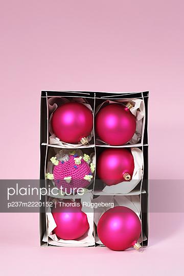 Christmas decoration with corona virus - p237m2220152 by Thordis Rüggeberg