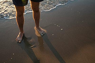 Junger Mann am Strand - p1212m1168644 von harry + lidy