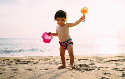 Baby girl playing on the beach - p300m2005612 von Gemma Ferrando