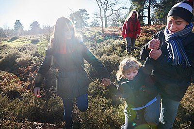 Family walking through forest - p429m1084525 by Adie Bush