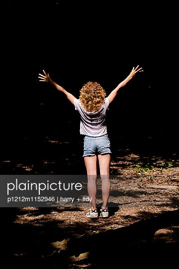 Rückansicht eines Teenagers im Wald - p1212m1152946 von harry + lidy