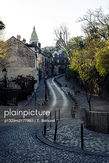 Deserted road, Old Town, Paris, France, shutdown due to Covid-19 - p1329m2177983 by T. Béhuret