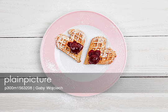 Homemade waffels with cherries, waffel hearts for two on plate - p300m1563208 by Gaby Wojciech