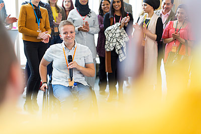 Audience clapping for female speaker in wheelchair - p1023m1583808 by Martin Barraud