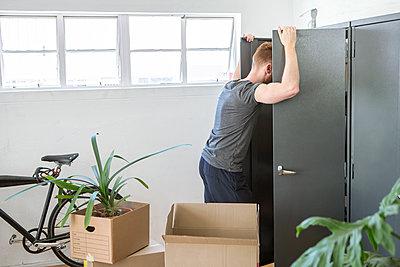 Mann mit Umzugskarton - p1156m2007641 von miep