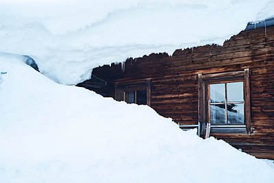 Ski lodge being snowed in - p1511m2223031 by artwall