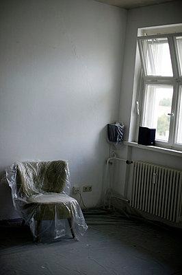 Abgedeckter Sessel in Wohnung - p3880816 von L.B.Jeffries