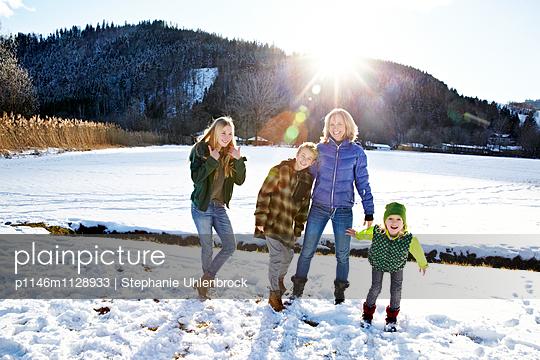 Familie im Schnee - p1146m1128933 von Stephanie Uhlenbrock