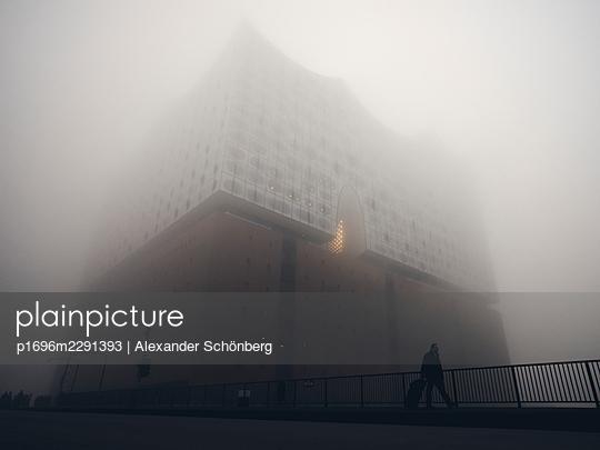 Elbphilharmonie im Nebel - p1696m2291393 von Alexander Schönberg