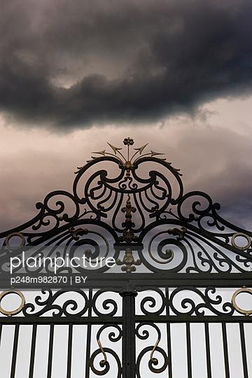 Schloßtor vor Wolkenhimmel - p248m982870 von BY