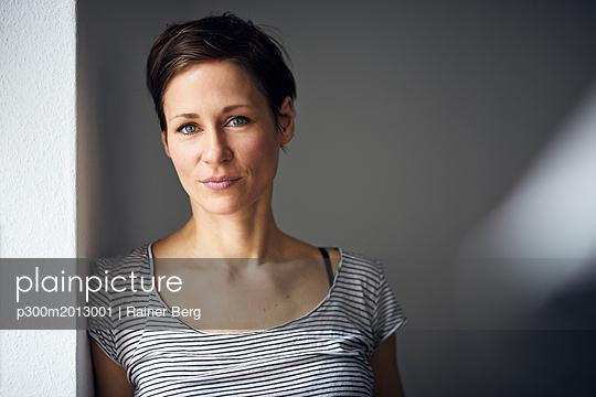 Portrait of an attractive, independent woman - p300m2013001 von Rainer Berg