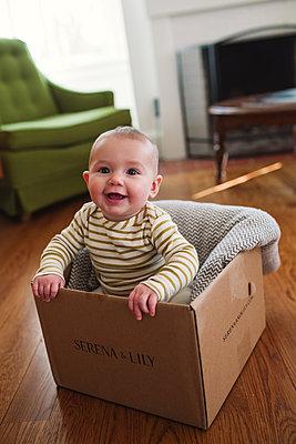 Baby im Karton - p1361m1225754 von Suzanne Gipson