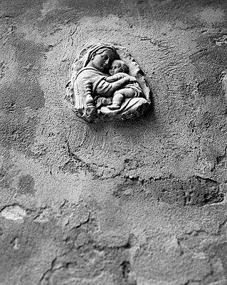 Maria mit Kind Jesus an einer Mauer in Venedig - p1493m1586014 von Alexander Mertsch