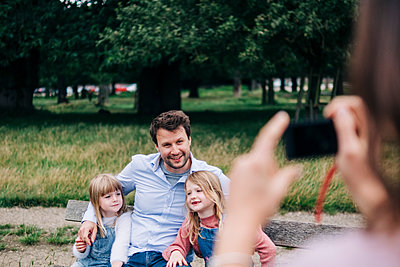 Family having fun at the park. London, England. - p300m2298773 von Angel Santana Garcia