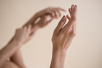 Hände berühren sich - p427m1541643 von R. Mohr