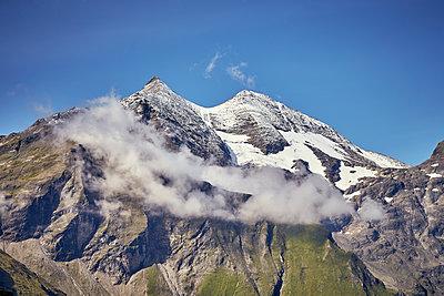 Verschneite Bergkette mit Nebel - p704m1476011 von Daniel Roos