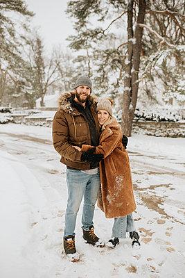 Canada, Ontario, Hugging couple standing on snowy road - p924m2271207 by Sara Monika