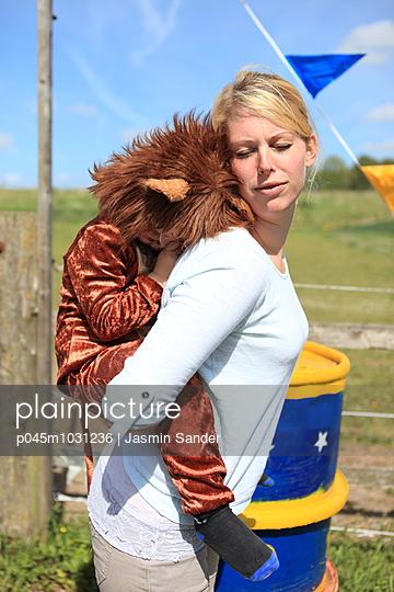 Löwe bei Mama auf Huckepack - p045m1031236 von Jasmin Sander