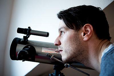 Mann mit Teleskop - p1221m1133056 von Frank Lothar Lange