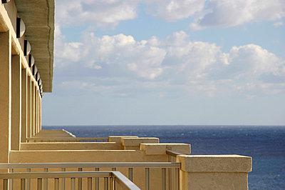 Balkone mit Ausblick - p218m660873 von Sylvia Westermann