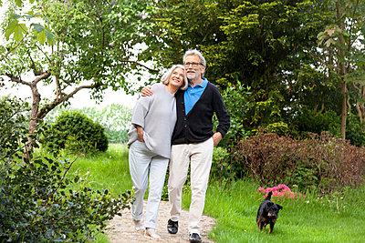 Spazieren im eigenen Garten  - p981m2055132 von Franke + Mans