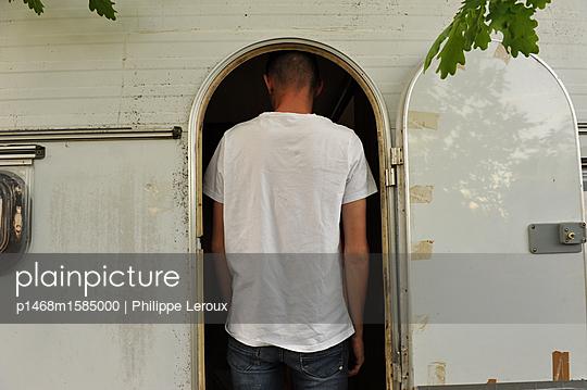 Jugendlicher in seinem Wohnwagen, Rückansicht - p1468m1585000 von Philippe Leroux