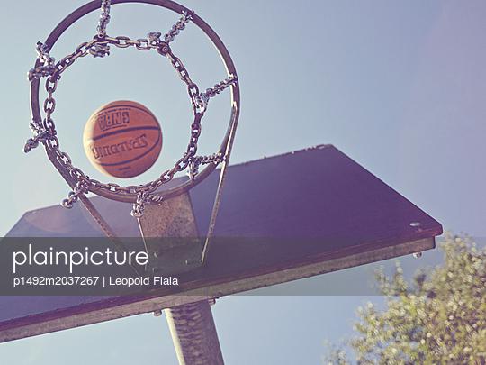 Basketball  - p1492m2037267 von Leopold Fiala