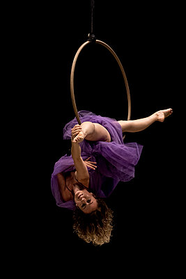 Aerial dancing beauty - p1166m2135979 by Cavan Images