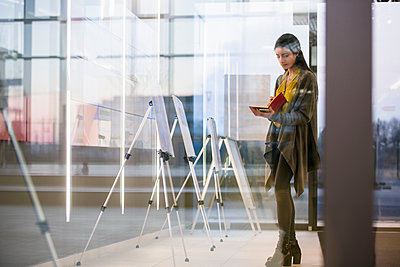Woman with notepad in office - p429m1557631 by suedhang photography