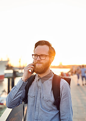 Mann telefoniert im Gegenlicht - p1124m1169971 von Willing-Holtz