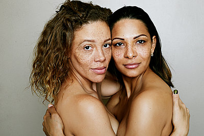Close up of mixed race women hugging - p555m1523153 by Peathegee Inc