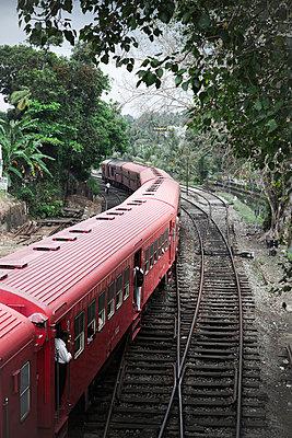 Zug in Sri Lanka - p795m1045279 von JanJasperKlein