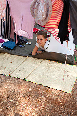 Little girl in a tent - p8280492 by souslesarbres