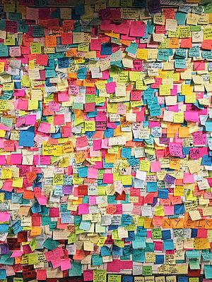 Pinnwand bedeckt mit Merkzetteln - p988m2015071 von Rachel Rebibo