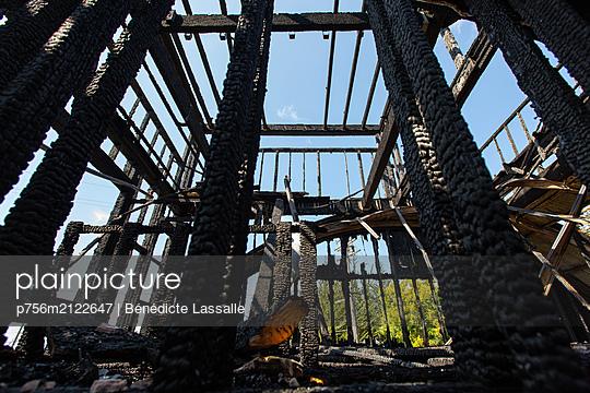 Burnt building - p756m2122647 by Bénédicte Lassalle