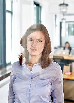 Portrait im Büro - p1124m1208684 von Willing-Holtz