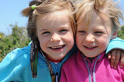 Fröhliche Schwestern - p262m963269 von Philine Stehling