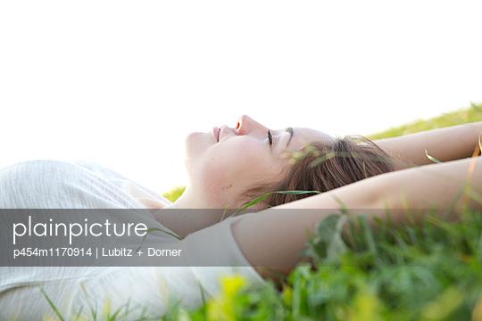Just letting go - p454m1170914 by Lubitz + Dorner