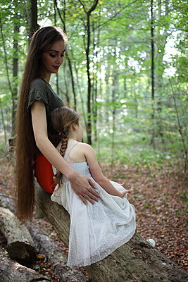 Mother and daughter - p045m953730 by Jasmin Sander