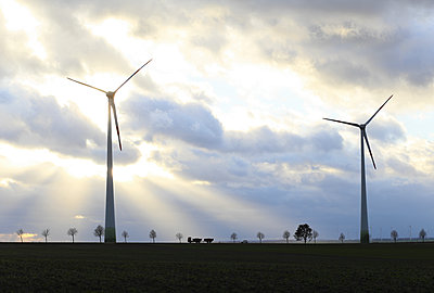 Windturbinen im Gegenlicht - p1258m1516719 von Peter Hamel
