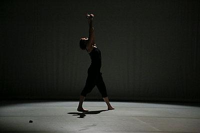 Tänzerin auf der Bühne reckt Arme nach oben - p1650m2230892 von Hanna Sachau