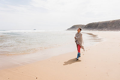 Mature woman walking on the beach - p300m1189268 by Uwe Umstätter