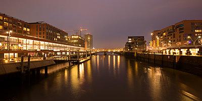 Germany, Hamburg, HafenCity, Elbarkaden and Elbtorpromenade at Magdeburger Hafen by twilight - p300m1356086 by Wilfried Wirth