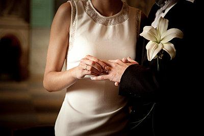 Den Hochzeitsring anstecken - p445m1452444 by Marie Docher