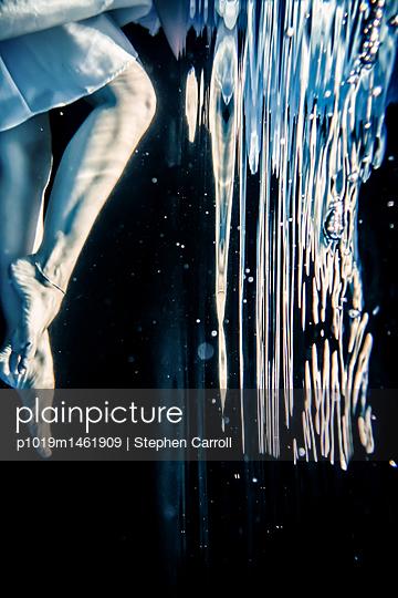 Woman floating underwater - p1019m1461909 by Stephen Carroll