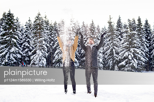 Junges Paar spielt im Schnee - p1124m1589330 von Willing-Holtz
