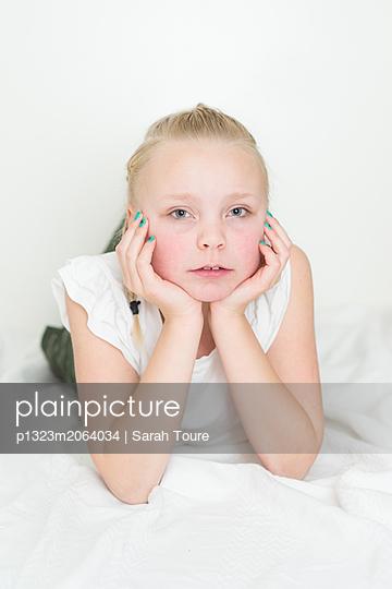 portrait of a young girl - p1323m2064034 von Sarah Toure