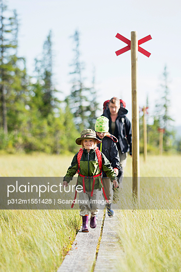 plainpicture | Photo library for authentic images - plainpicture p312m1551428 - Family hiking in natural se... - plainpicture/Johner/Scandinav Images