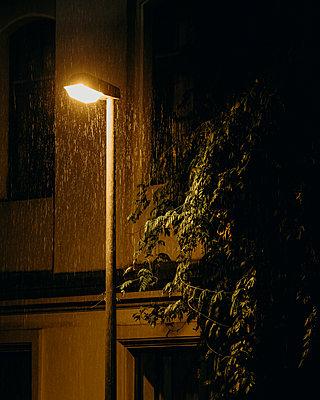 Streetlamp in the rain - p1549m2158057 von Sam Green